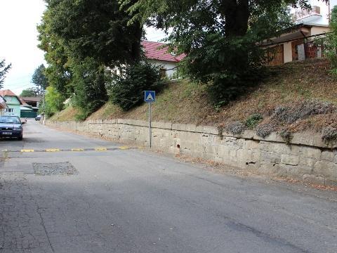 5e012c24407 Zídka v ulici Kramolišova (Foto  MěÚ Valašské Klobouky)