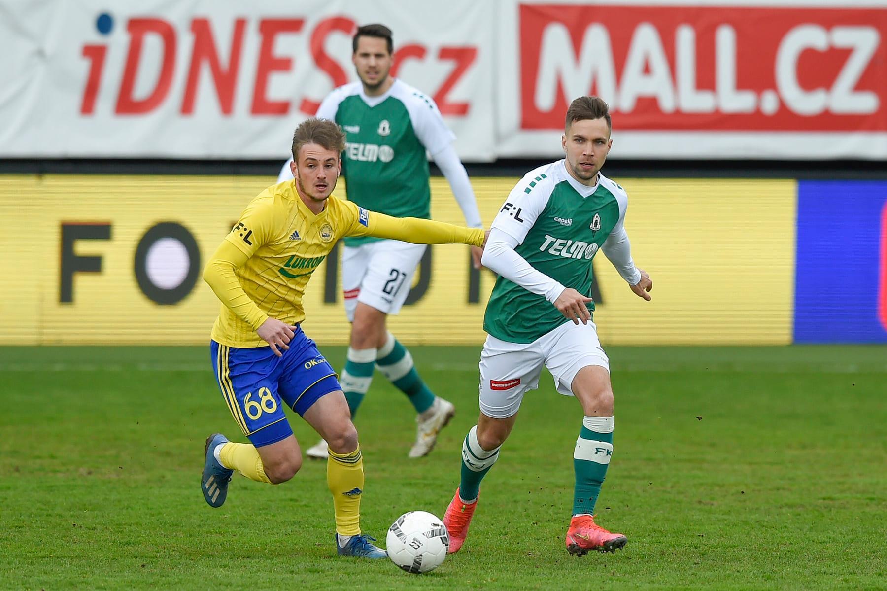 Fotbalisté Zlína prohráli na hřišti Jablonce 1:3. Na snímku záložník Fastavu Jakub Janetzký (ve žlutém dresu). Foto: FK Jablonec