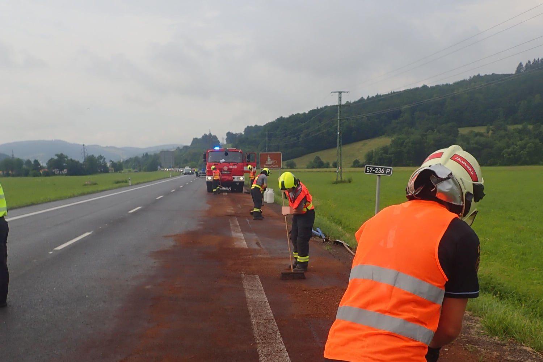 Hasiči na Vsetínsku museli řešit masivní únik nafty z havarovaného kamionu. foto: HZS Zlínského kraje