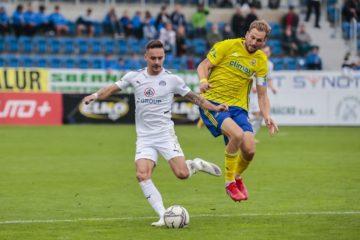 Fotbalisté Slovácka porazili v derby Zlín 3:0. Na snímku domácí záložník Daniel Holzer (v bílém) a kapitán Fastavu Tomáš Poznar. Foto: FC Fastav Zlín